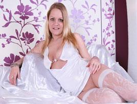 Sexy Wildkatze räkelt sich vor Amateur Sexcam.