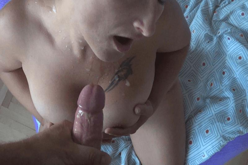Alte Eheschlampe lässt sich die Titten besamen von ihrem Mann