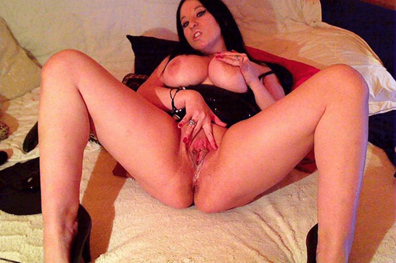 Amateur Luder mit pralle Titten zeigt auf privatem Sexfoto ihr feuchtes Fotzenloch