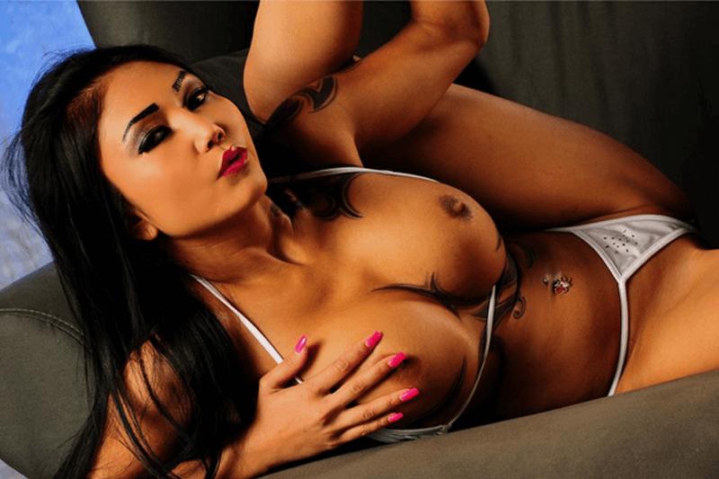 Asiatische Sexcam Schlampe zeigt ihre prallen Amateur Titten beim privaten Chatten
