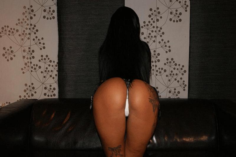 Braungebrannte Milf zeigt ihren geilen Arsch auf einem privaten Sexcam Foto