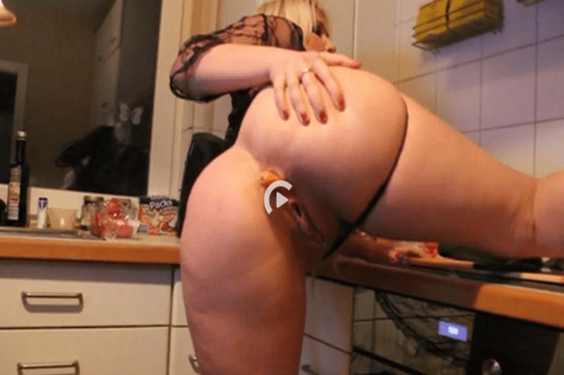 Deutsche Blondine fickt sich ihr Arschloch mit einer Karotte