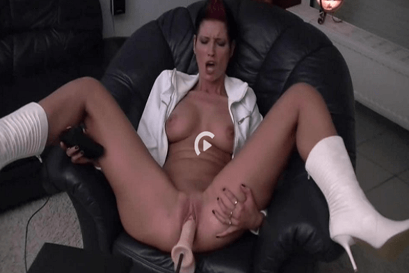 Deutsche Schlampe beim Ficken mit einer Fickmaschine im Maschinen Sex Porno