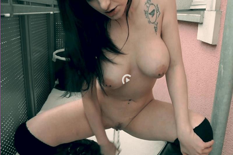 Geile Amateurschlampe beim Dildo Sex im Freien