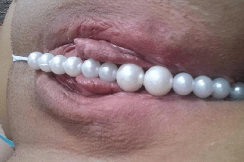 Geile Nahaufnahme von einem Perlenslip der nur ganz knapp die Muschi bedeckt
