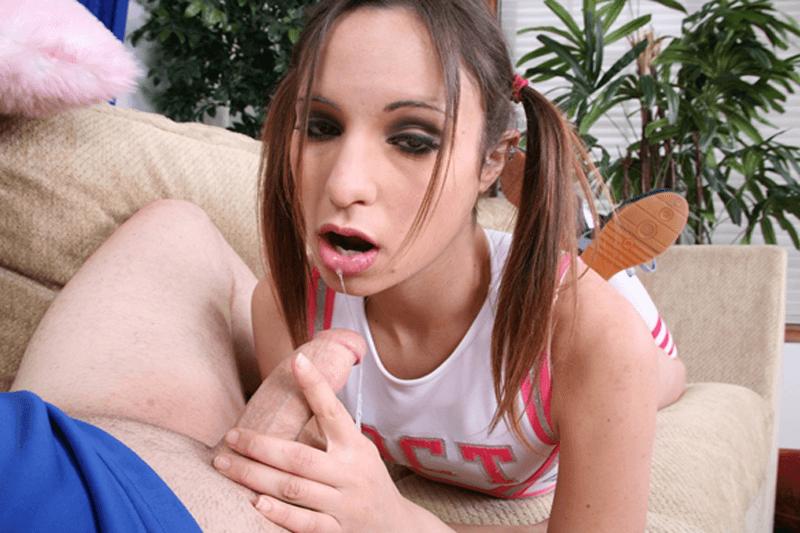 Junge Frau beim Sperma schlucken im Amateurpornofilm