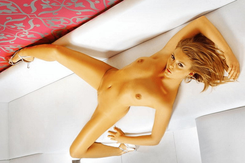 Junges Sex Cam Girl zeigt sich bei der Live Erotik vor der Cam völlig hüllenlos