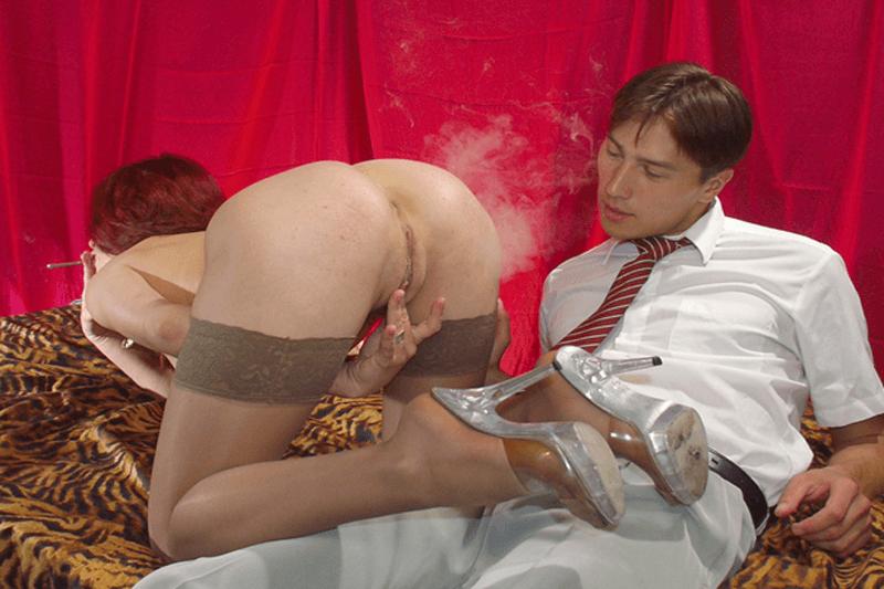 Lustvolle Ehefrau reibt ihre Fotze auf gratis Amateur Sex Bild