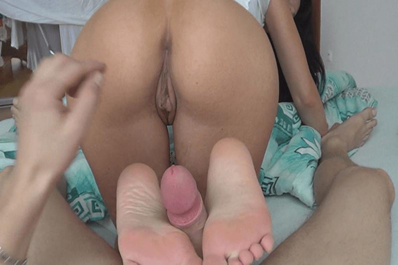 Nackte Freundin beim Footjob mit ihrem Freund auf privatem XXX Foto