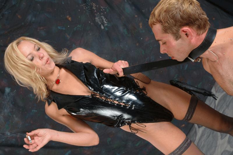 reife herrin und junge domina benutzen den sklaven
