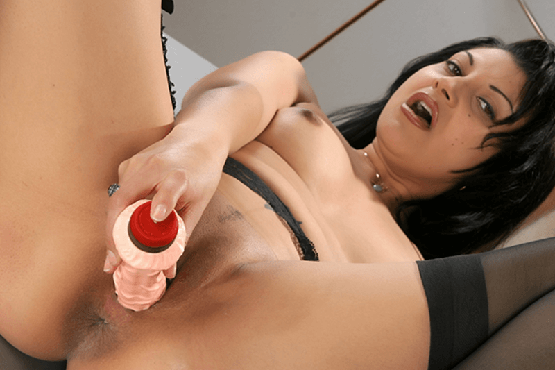 Private Sexbilder zeigen Büroschlampen beim Hardcore Dildosex am Schreibtisch