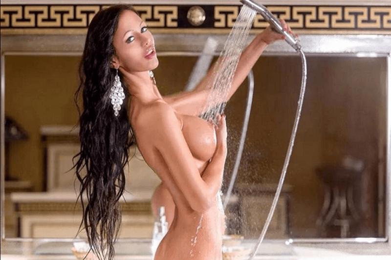 Privates Aktfoto zeigt geile Amatur Nutte mit pralle Silikon Titten beim Duschen