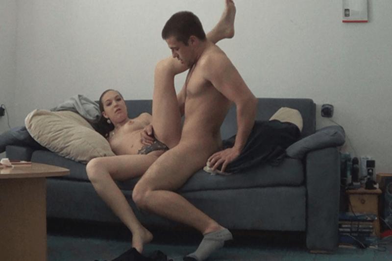 Privates Sexfoto mit fickende Teens auf der Couch