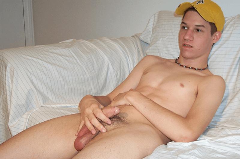 Scharfe Pornobilder von schwulem Jungen beim Wichsen