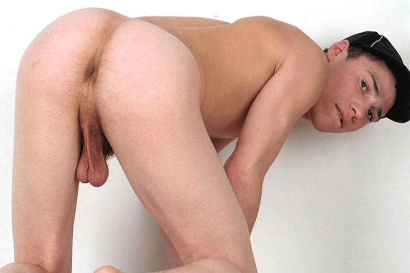 Schwuler Junge zeigt seine haarige Amateur Arschfotze auf unzensiertem Schwulen Foto
