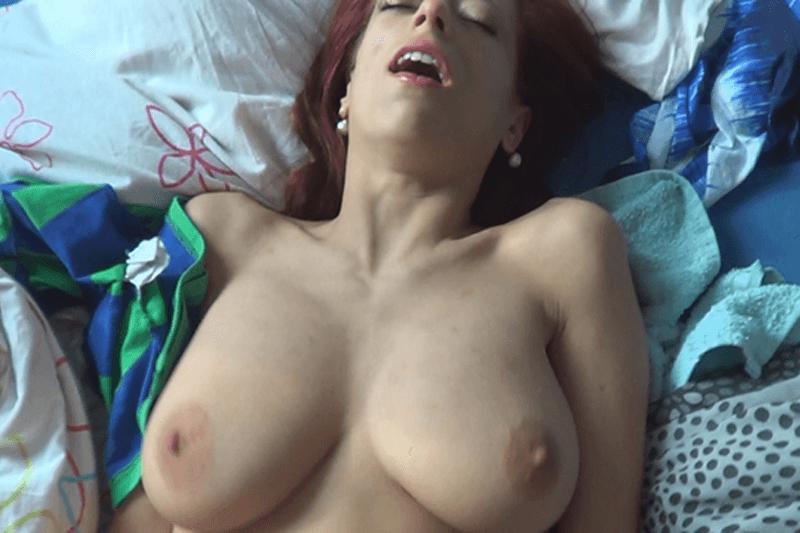 Spannerfoto von vollbusiger Hausmutti beim Muschi Sex