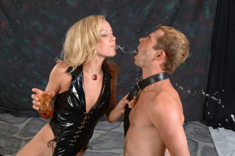 Strenge Domina auf private Amateur Fotos spuckt ihrem Sklaven warme Pisse ins Gesicht