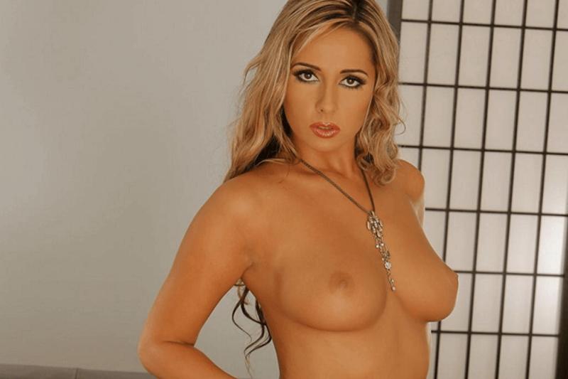 Versaute Hausfrau mit geile Brüste zeigt sich nackt vor der Sexcam