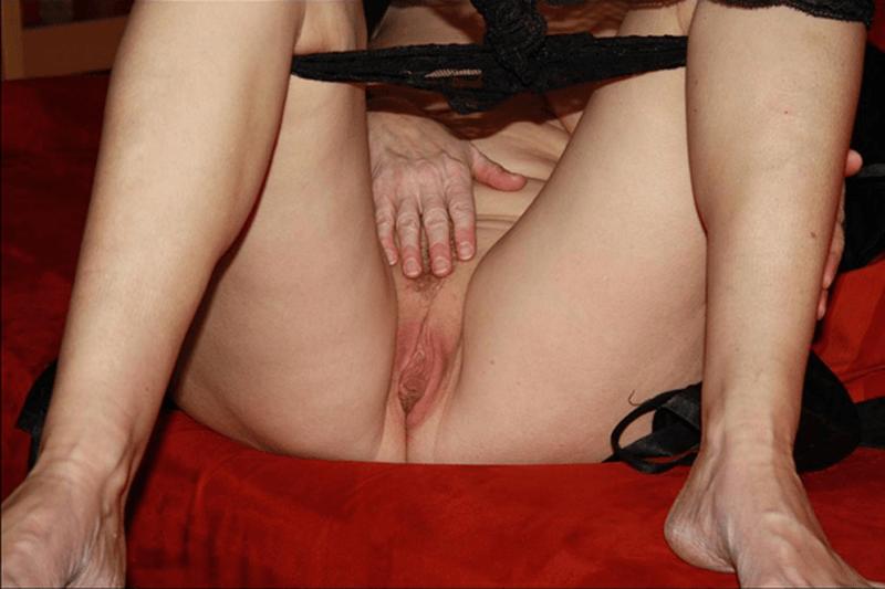 Versaute Nahaufnahme einer feuchten Fotze im Amateur Sexcam Chat