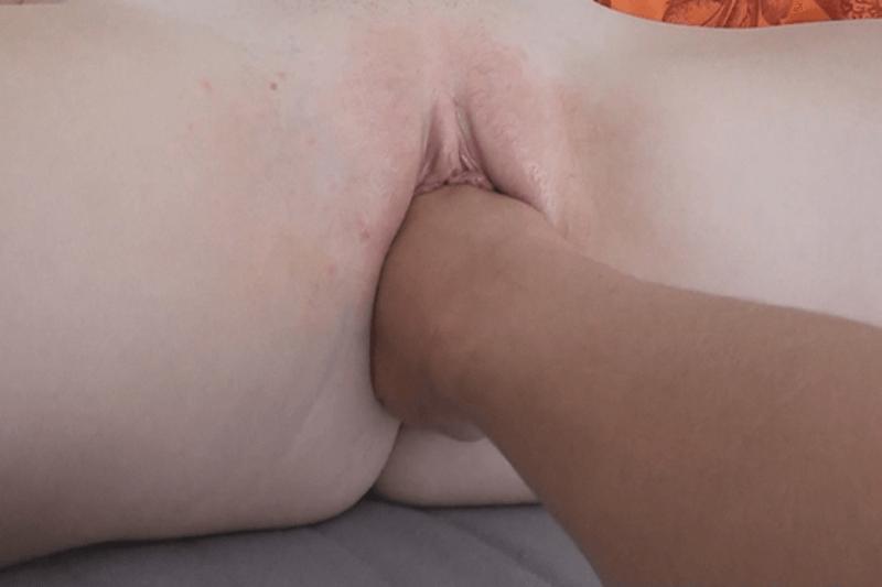 Versaute Nahaufnahme vom Fisting Sex eines jungen Pärchens