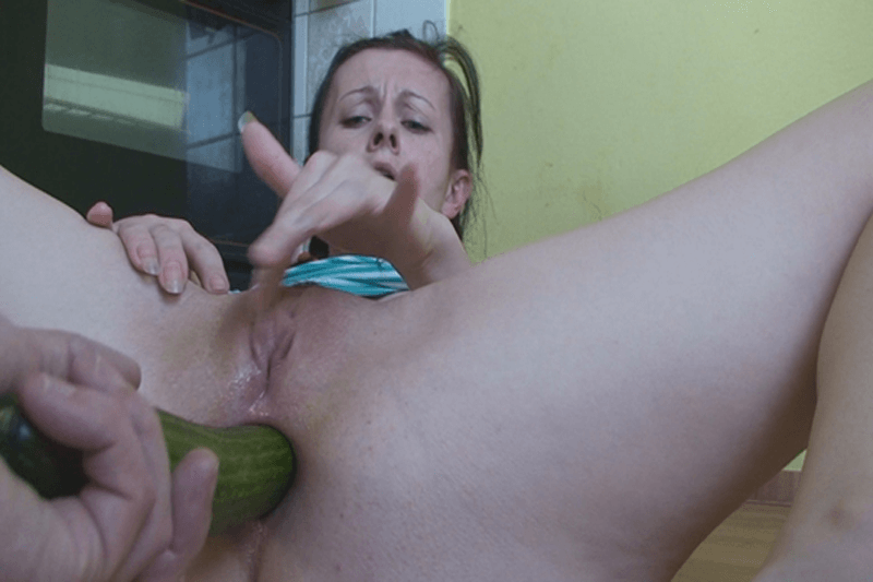 Versautes Sex Foto vom Arschficken mit einer grünen Gurke