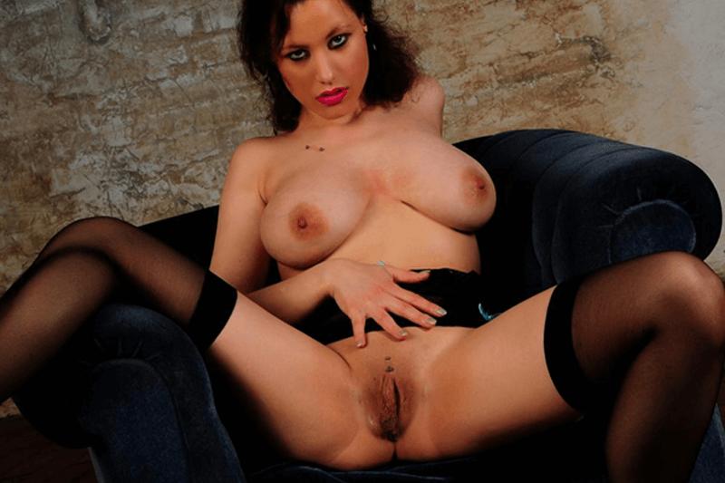 Vollbusiges Sexcam Girl zeigt ihren frivolen Sexcam Kontakten live die feuchte Fotze