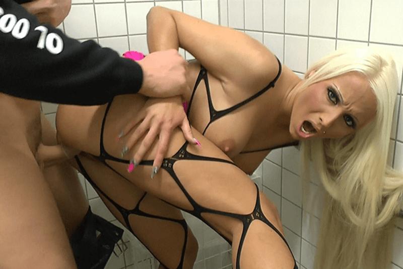 Geile Blondine auf privatem Fickfoto beim Amateurfick auf der Bahnhofstoilette