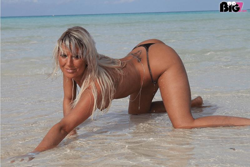 Vollbusige Blondine sucht private Sexkontakte zum Ficken im Freien