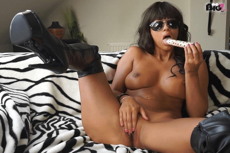 Junge Amateurschlampe zeigt sich beim Dildo Sex auf privatem Pornofoto
