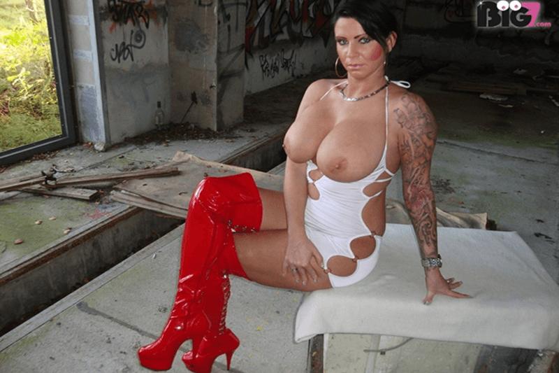 Reifes Luder über 40 zeigt ihre fetten Titten auf privatem Amateur Sex Foto