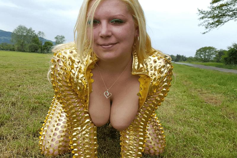 Sexgeile Stundetin mit geile Hängetitten beim Ficken im Freien
